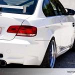 Heckansicht eines weißen BMW M3 E92 mit Heckspoiler
