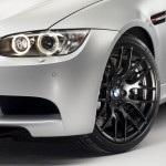 Detailaufnahme von schwarzen BMW M3 CRT Alufelgen